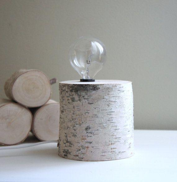 Voici une belle idée de création de lampes en bois . On perce un trou vertical dans le rondin, on place la douille et le fil élèctrique et on obtient une belle lampe de table
