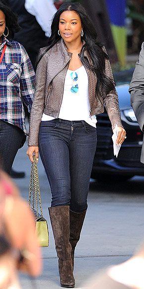 Gabrielle union está usando una camisa blanca con blue jeans. Ella también está llevando una chaqueta marrón con las botas marrones. Ella tiene en los pendientes blancos y las gafas de sol que cuelgan de su camisa. Gabrielle también lleva un bolso verde y negro. Las botas cuestan alrededor de cincuenta dólares