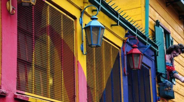 Farverige lamper i La Boca distriktet i Buenos Aires, Argentina