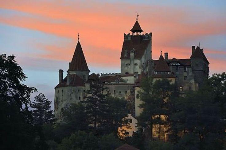 obra -castillo de Dracula . se construyo en él siglo doce cerca de Brasov Transilvania . protegida por los carpatos . inspiración de Bram Stoker para detallar él lugar de Dracula (novela ) .