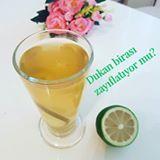 Dukan birası veya yeşil çay-maden suyu kürü hakkında çok soru geldi. Bir beslenme uzmanı olarak yorumlarımı paylaşmak isterim. 🍃Her biri ayrı olarak incelendiğinde maden suyu, limon suyu ve yeşil çay yararlı besinlerdir. 🍃Ancak, bu besinlerin hepsi bir arada ve uzun süreli kullanımda birtakım yan etkilere sebep olacabileceğini ihtimal dahilinde bulundurmalıyız. 🍃Yeşil çay ve limonun bazı kişilerde tansiyon düşürücü etkisini; maden suyunun böbrek hastası olan kişilerde yan etkisini göz…