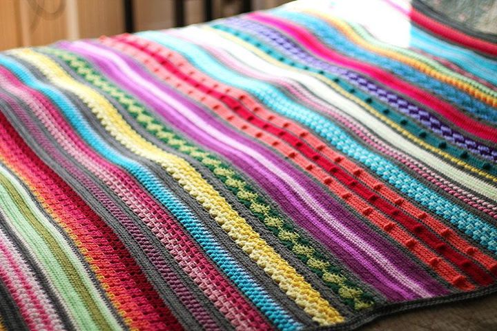Do you have a pile of small balls of leftover yarn? Make this FREE CROCHET AFGHAN PATTERN to use them up! #FREECrochetPattern #crochet http://haakmaarraak.nl/free-crochet-pattern-rainbow-sampler-blanket/