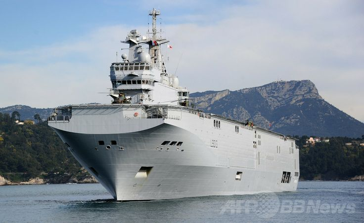 仏トゥーロン(Toulon)港で撮影されたフランスのミストラル(Mistral)級ヘリコプター揚陸艦(2011年2月18日撮影、資料写真)。(c)AFP/GERARD JULIEN ▼9May2014AFP フランスの対ロシア軍艦輸出に米国が懸念、クリミア配備の見込み http://www.afpbb.com/articles/-/3014516