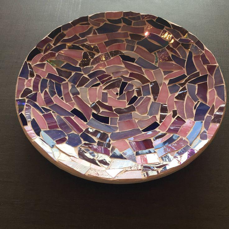 Mozaïekschaal-glasmozaiek-fruitschaal-handgemaakt-Spectrumglas-bamboeschaal-iriserend glas-lila-paars-lavendel-violet-parelmoer-rosebud door CHARLOTTeGLAsARt op Etsy