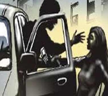 सामूहिक बलात्कार के बाद युवती को चलती कार से फेंका