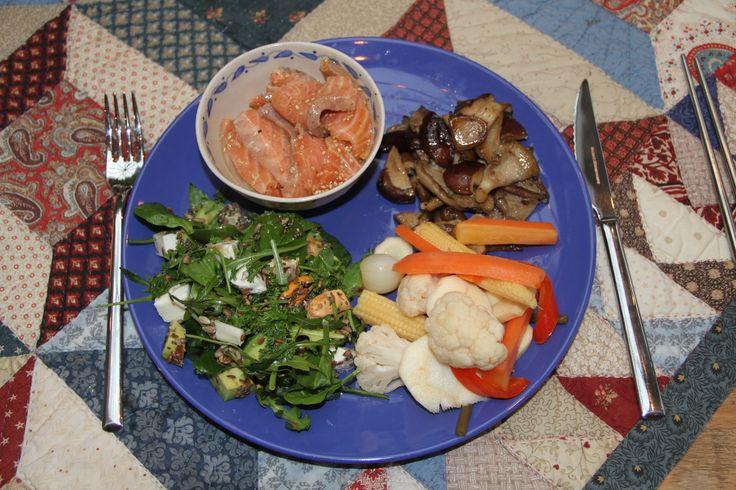 Bordje Verburgh: rauwe zalm gemarineerd in citroen en olijfolie, gebakken paddenstoelen, salade en aangezuurde groente
