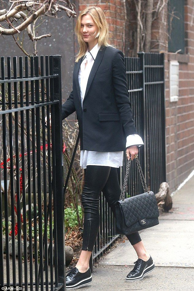 Model height: She added a pair of black flat loafers to her 6′ 2″ frame as she accessorize...