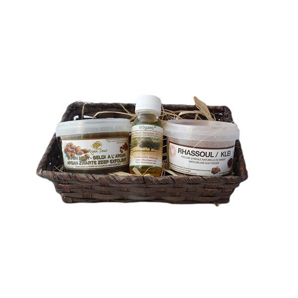 Ce pack vous propose un gommage oriental. Le savon noir et le gant permettent un nettoyage en profondeur de la peau et élimine les peaux mortes.  Le rassoul en poudre apporte une fraîcheur, une fermeté et velouté de la peau.  Enfin, l'huile d'argan biologique répare l'épiderme avec un apport en vitamine E.  Pour une peau douce et satinée.  Composition du panier:  -1 savon noir à l'huile d'argan 250gr  - 1 rassoul en poudre 250gr  -1 huile d'argan bio 60ml
