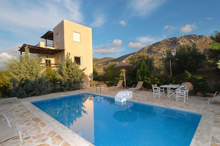 Description: De luxe van vakantie in een grote villa met privé zwembad vind je bij Listaros villa aan de rustige ongerepte zuidkust van Kreta. Luxe villa met privé zwembad Vanaf Heraklion Airport is het eigenlijk zo'n beetje recht naar beneden tot je niet zuidelijker kunt. Dwars het eiland over dus daar wachten vlakbij het kleine dorp Listaros drie moderne luxe villas; Elaia Myrsini en Dafni. Ieder op een eigen stukje grond van maar liefst 600 m2 en met ieder een privé zwembad. Samen vormen…