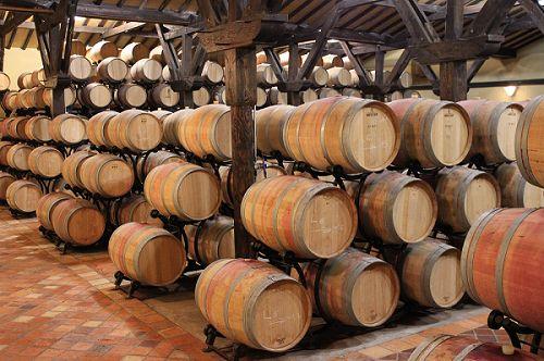 Découvrir le château de Reignac à travers son chai en réservant votre visite sur Wine Tour Booking