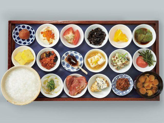 食通のためのグルメメディアdressing「小田中雅子」の記事「【謹賀新年】お盆にド~ンッと18皿の朝ごはん! 「築地本願寺」のカフェでいただく至福の朝ごはん」です。