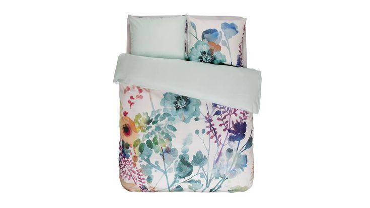 Fris de slaapkamer op met het Keisha dekbedovertrek van Essenza! Met de zachte aquarel bloemen en de lichtblauwe kleuren vrolijkt het uw slaapkamer op.
