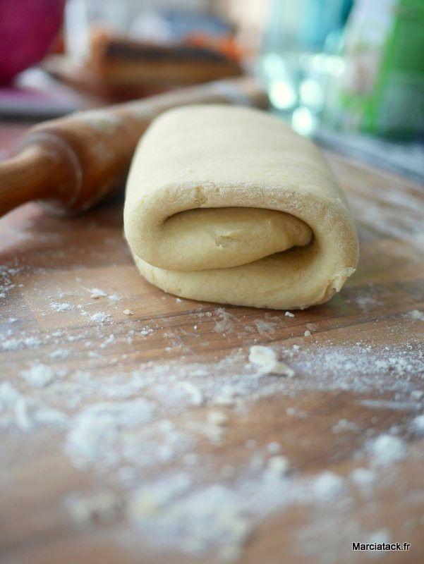 Vous me connaissez, j'aime les recettes qui me simplifient la vie. Pour la pâte feuilletée, j'ai un petit faible pour la pâte aux petits suisses que faisait ma grand-mère. Mais parfois j'aime tester de nouvelles choses et mon dévolue s'est jeté sur la recette de Dorian. Pensez-vous il promettait de réussir une vraie pâte feuilletée …