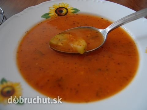 Fotorecept: Rajčinovo-cuketová chilli polievka -   Na oleji speníme horčicové semienka kým nezačnú praskať. Potom pridáme nasekanú cibuľku...