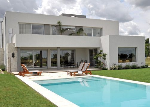 Fredi Llosa y Arquinova Casas. Màs info y fotos en www.PortaldeArquitectos.com #fachadasminimalistasconcreto