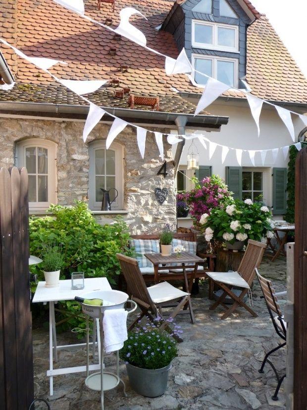 Wimpelketten rausholen und im Garten dekorieren.