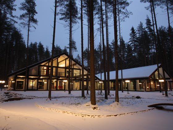 В ночном освещении фахверковый коттедж выглядит как дом из сказки