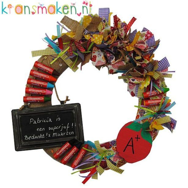 Bedankt juf en meesterkrans Ø35cm  Wat zal je juf blij verrast zijn met deze krans! Op het krijtbordje en op het appeltje kan je je eigen boodschap schrijven!  Een vrolijk cadeau voor je lieve juf!
