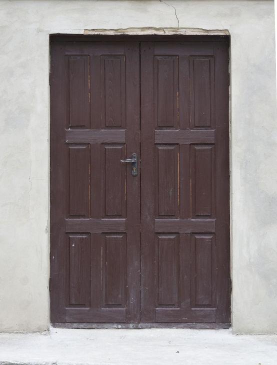 #Texture of #old #wooden #door #brown Фотография старые деревянные двери окрашенные в коричневый цвет.  Скачать текстуру распашных двустворчатых деревянных дверей.