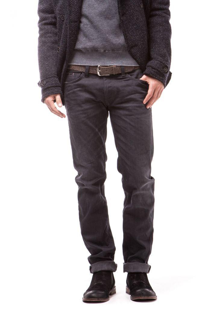 Morris Zip Genuine 5-pocket model, slim fit. Cut and stitched back pockets enhanced with applied rivet details. Zip closing