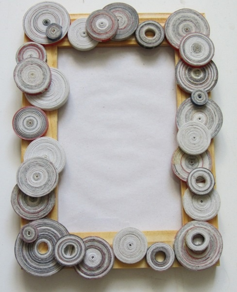 Another good idea to decorate with recycled newspaper. Put a net at the bottom and hang your earrings Paint the newspaper quillings and give some colour to your work