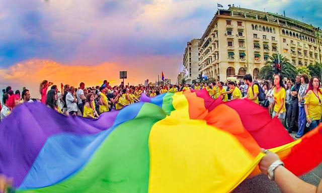 Λεσβίες ομοφυλόφιλοι τρανς κουίρ ίντερσeξ και απλοί πολίτες παρελαύνουν στην Θεσσαλονίκη σήμερα