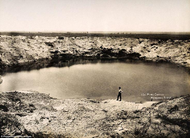 Enorme trou d'obus a Messines Ridge dans le Nord de la France en Mars 1919.