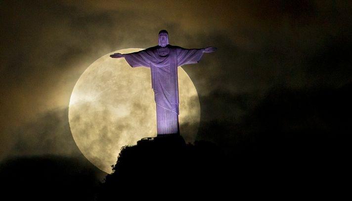 Super Moon, Rio de Janeiro. Photo: Victor R. Caivano/ AP