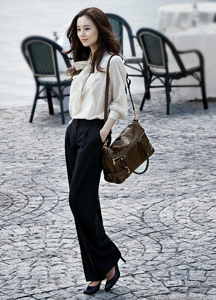 Moon Chae Won, portant un look parfait pour le bureau: pantalon noir, chemise blanche, talons-hauts noirs et sacoche de cuir || Moon Chae Won, sporting an office-ready look: black trousers, nice white shirt, black high heels and leather purse. #Korean #fashion #beauty