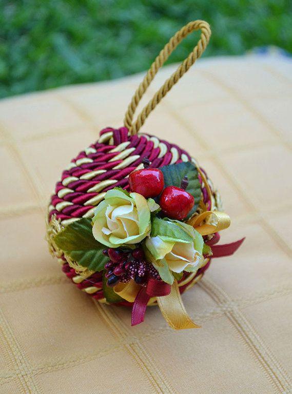 """PALLA """"NATALIA"""" PICCOLA - Rosso / Oro - PatriziaB.com  Palla natalizia rivestita con cordone in seta e adornata da passamaneria e fine decoro di roselline in stoffa e fiocchi di raso bicolore"""