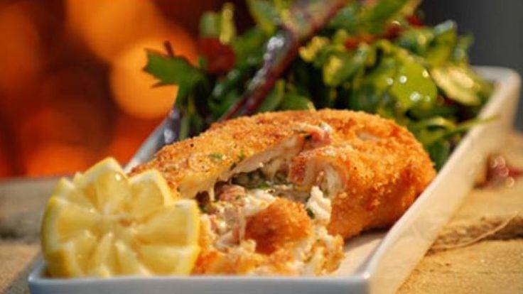 Billedet viser overraskelseskylling serveret med en blandet salat.