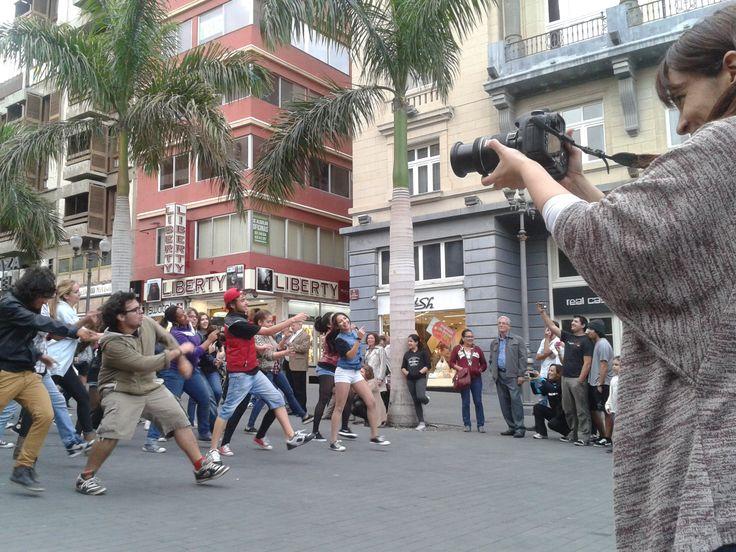 Grabando la performance de Musical.IES 2013 por las calles de Santa Cruz (Tenerife).