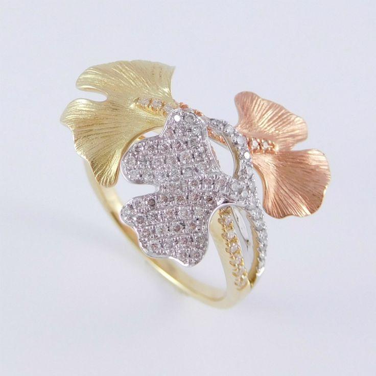 Három színű arany gyűrű gyémánt kövekkel díszítve   Súly: 4,39 g   ÉKSZER TÍPUSA: Sok köves  DRÁGAKÖVEK: Gyémánt  ARANY: 14K  ÉKSZER SÚLYA: 4,39 g   ARANY SZÍNE: Fehér Sárga és Vörös arany  BRILIÁNS TISZTASÁGA: SI  BRILIÁNS SZÍNE: H-I  BRILIÁNS SÚLYA: 0,470 ct  MÉRET: 54 (14)
