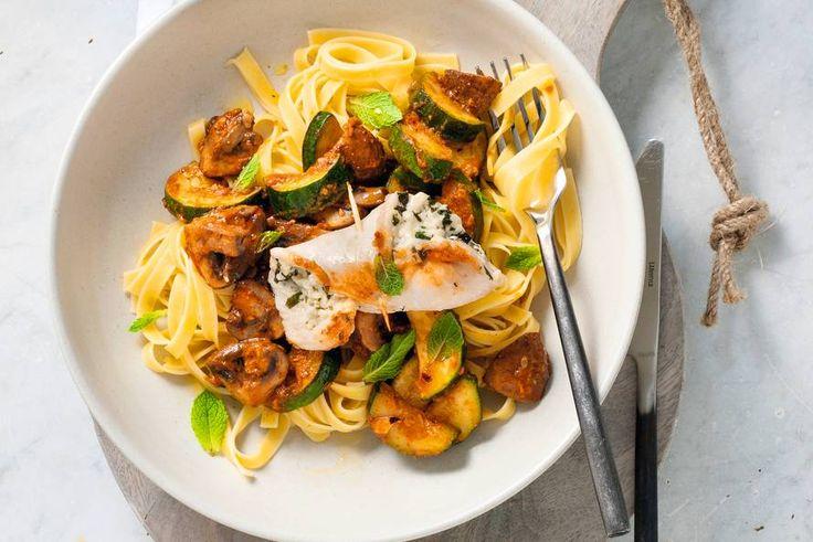 12 November - Verse tagliatelle + verse pesto in de bonus = Supercombi: kip met kaas, courgette en heerlijk zachte eierpasta. -Recept- Allerhande