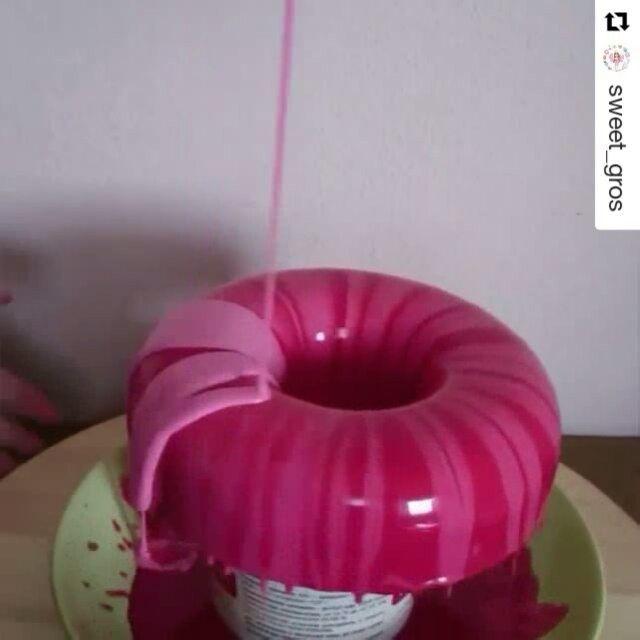#Repost @sweet_gros with @repostapp ・・・ Ну что, понравилось вам #кинопрoторт?😋 ловите еще одну серию)) Сразу опережу вопросы) в красную глазурь была налита розовая, так появился первоначальный эффект разводов на торте. Торт зеленый, потому что это фисташковый мусс))