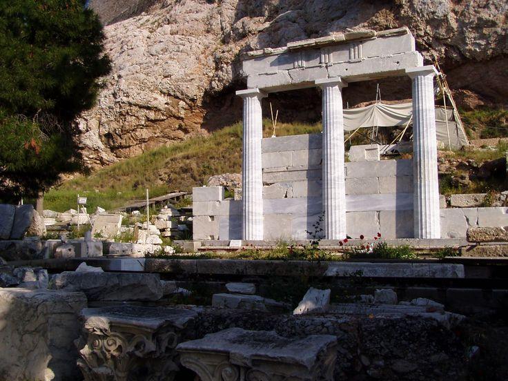 Resti del Tempio di Asclepio,IV-V sec.a.C,si trattava di un luogo di culto e un centro terapeutico dove si riunivano maestri delle scuole mediche dell'epoca.