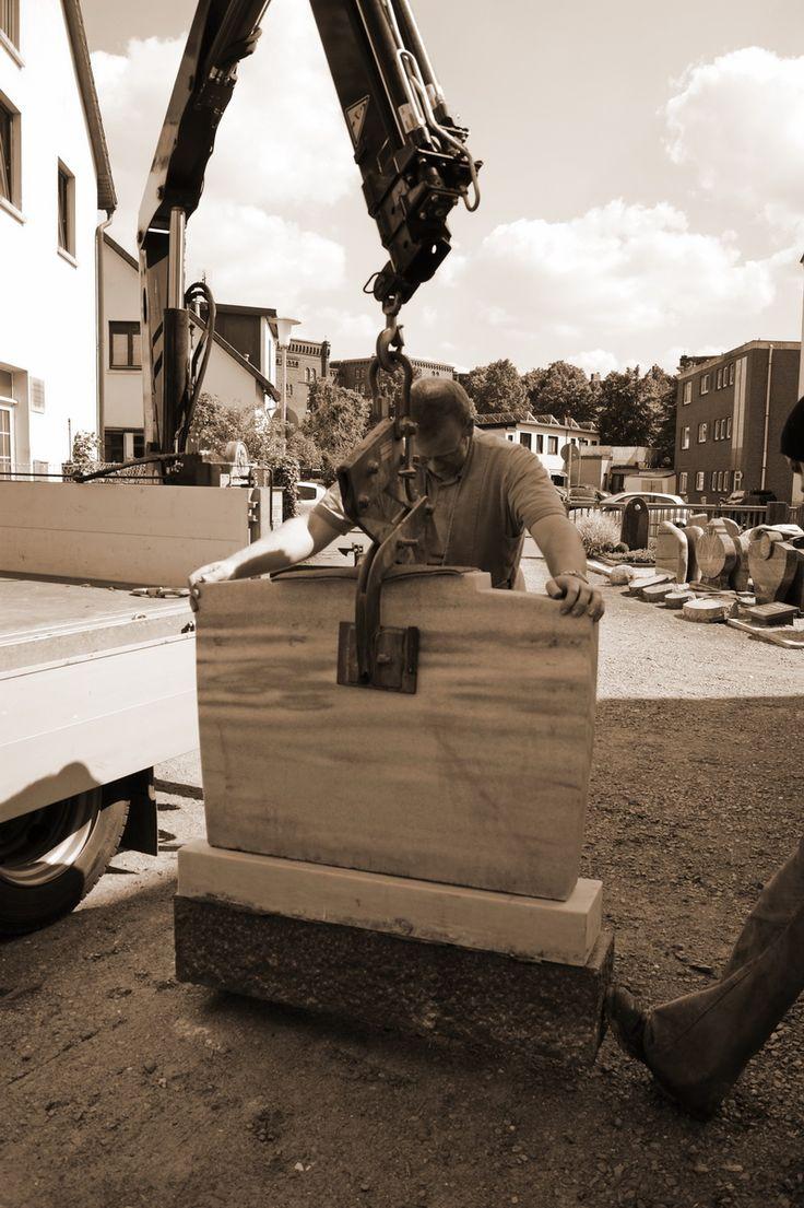 Einsatz von Hebezange und LKW-Kran beim Ablösen des Oberteils von Sockel und Fundament | #Naturstein #Werkstatt #Steinmetz
