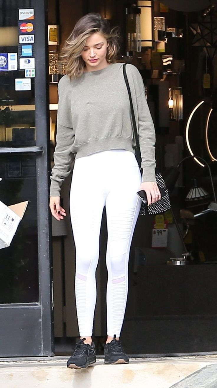 Leggings blancos, ¿sí o no?. Grey sweatshirt+white leggins+black sneakers+black shoulder bag with metallized details. Fall Transitional Outfit 2016
