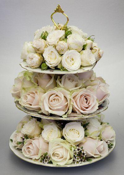 Rosas en base de postres de tres niveles, un precioso centro de mesa. #CentroDeMesa