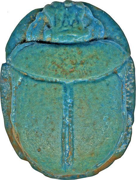 """scarabée  PEINT  ou ÉMAILLÉ  en turquoise Egyptien  ATTENTION ne pas confondre """"turquoise """" (pierre phosphate hydraté de cuivre et d'aluminium dont la composition chimique est CuAl6(PO4)4(OH)8·4H2O.) et Howlite colorée en bleu pour imiter la turquoise (Turquénite)."""