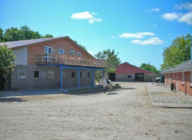 Skåde Ridecenter. Ridecenteret indeholder ridehal, 2 hestestalde samt rytterstue med velfærdsfaciliteter.
