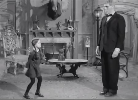 NoPL0RJbLLVhC.gif (450×327) The Addams Family. Wednesday and Lurch.