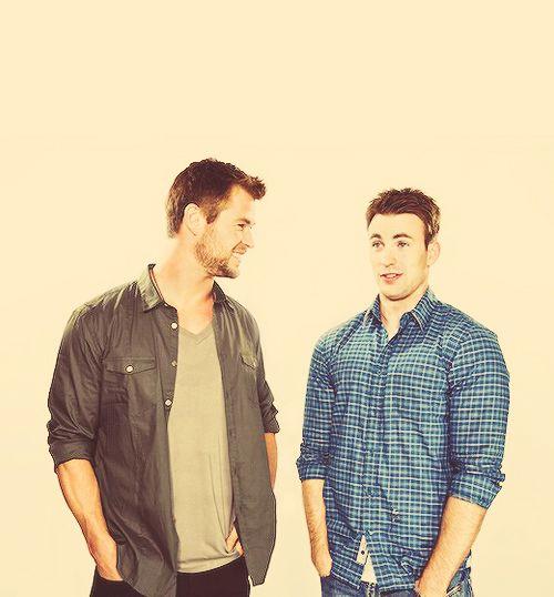 hehe so cute :) chris hemsworth and chris evans