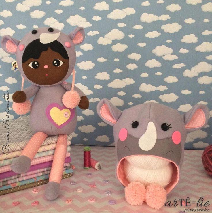 Olá pessoal! Me chamo Aisha! <3 Fui às savanas e me apaixonei pelos rinocerontes que vi por lá! <3 O que vocês acharam do meu pijama? ;) Apostila Digital já está lançada. Acesse www.artelieartesanatos.com.br ;)  #feltro #artesanato #newborn #bonecaRinoceronte #aisha #gorro #rinoceronte #festadoPijama #bebê #menina #apostila