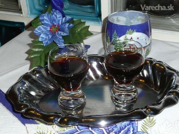 Dostala sa mi do rúk kuchárska kniha Kouzlo kuchyně Čech a Moravy aneb dědictví našich  babiček... Kniha je plná krásnych tradičných receptov a ja som hneď vyskúšala recept na  tento likér... Vraj vydrží až 1 rok, to by som ho ale musela zakopať na záhradke, tú ale  nemám, mám len chladničku bez zámku:)