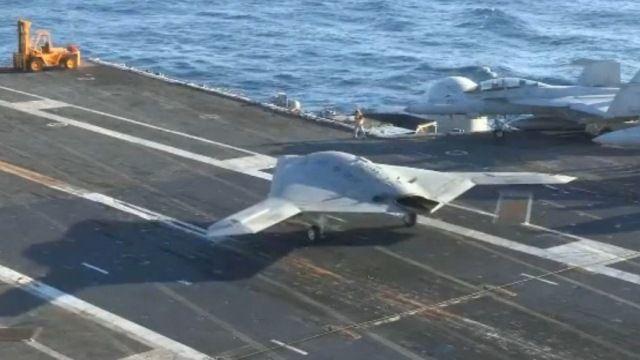 中国空母が有人戦闘機初着艦という時に米空母は無人爆撃機のタキシング...。空母ハリー・S・トルーマンの飛行甲板上で走行するノースロップ・グラ...