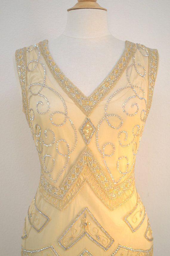 Deze aanbieding is voor een jurk in de maten XS, S, M, L of XL of Plus maten. Pak het terwijl u kunt!  * Deze jurk ook wordt geleverd in andere maten en kan speciale besteld met aangepaste metingen. Let op: speciale orders duurt ongeveer 4 tot 6 weken.  Dit is een FANTASTISCHE jaren 1920 stijl GREAT GATSBY beaded flapper jurk. Deze heet ROXY en is een van onze NIEUWSTE designs! Kleur is een licht Champagne.  Dit is een geweldig, een van een soort, hand beaded 1920s stijl kralen flapper jurk…