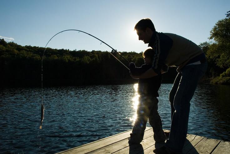 La pêche en Mauricie, une activité père-fils par excellence ! Photo: Michel Julien / Idées d'endroits où pêcher: http://blogue.tourismemauricie.com/plein-air-et-nature/10-endroits-ou-pecher-en-mauricie-pour-une-journee-de-peche-reussie.html