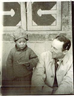 Tibet, région de l'Amdo - 22 février 1940 -  Sa sainteté le 14ième Dalaï Lama Tenzin Gyatso,  photographié ici à l'âge de  4 ans et 7 mois avec Monsieur A.T. Steele, vétéran correspondant américain  - Photo très rare -