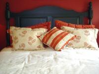 SYPIALNIA - ARANŻACJA PRZYTULNEGO I ZMYSŁOWEGO WNĘTRZA: Nie zagracajmy sypialni starym fotelem, komodą, która może kiedyś się przyda oraz stertami książek i gazet. Wszystkie niezbędne rzeczy (również książki), pochowajmy w zamykanych szafkach, by ich kolorowe okładki nie sprawiały wrażenia chaosu. Minimum przy urządzaniu sypialni to łóżko, szafka nocna i szafa. Meble te jednak nie wystarczą, by nasze miejsce do spania przyciągało jak magnes i kusiło zmysłowym nastrojem.